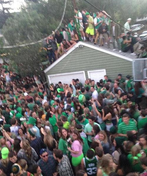 40人が屋根の上に乗って崩壊する03