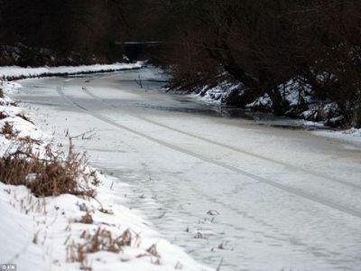 氷の張った氷の上を車で走行00