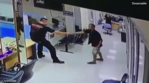 刃物を持った男を警官がハグ03