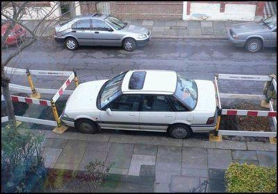 道路工事者に嫌がらせされて出られない駐車