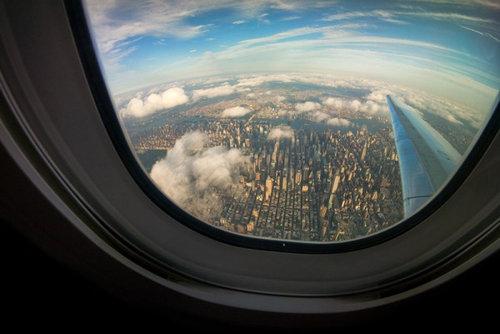 飛行機は窓側の席20
