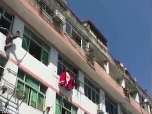 中国人女性が力技で自殺を阻止される02