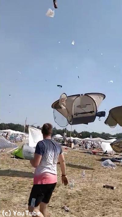 ドイツの野外フェスでテントがふわふわ舞い上がる04