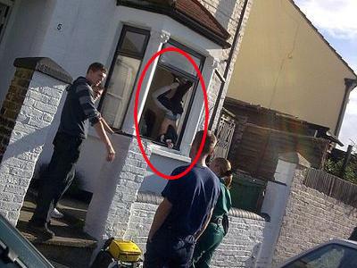窓から泥棒が侵入→足が外れず逆さづりTOP