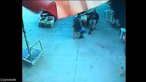 強風でパラソルに乗った男性が空に飛ばされる01