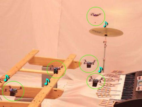 自動ヘリの部隊が楽器演奏