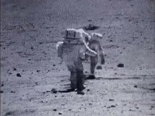 宇宙飛行士たちは月面で結構転んでます03