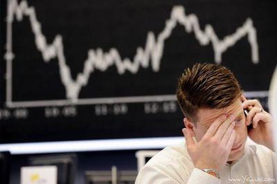 職場で嘆く男たち…金融危機の悲劇16