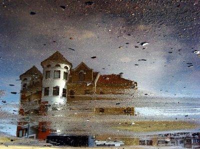 水たまりから見た建物05