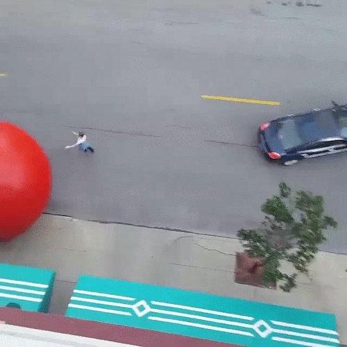巨大な赤いボールが転がる05