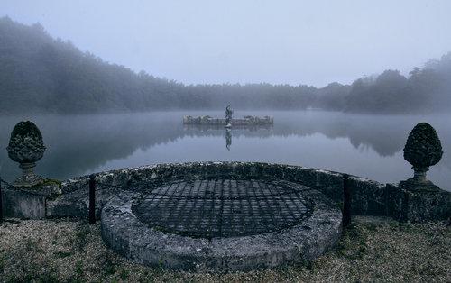 湖の下に秘密の部屋01