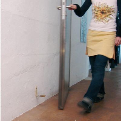 プラスチック製のハケを垂直に折って、釘で打ちつけると、ドアの緩衝具になる-くだらない笑える面白いリサイクル32