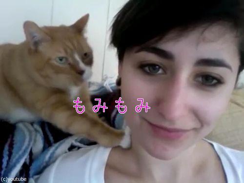 献身的な猫、飼い主の女性の肩をモミモミ00