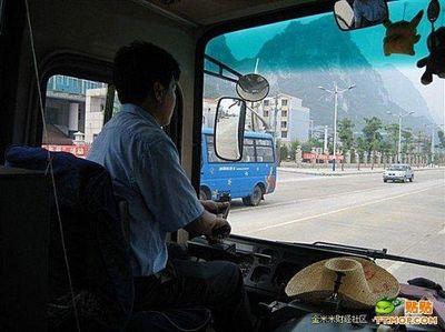 ハンドル外した中国バス運転手04