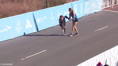 マラソンでゴール目前の選手が倒れる02