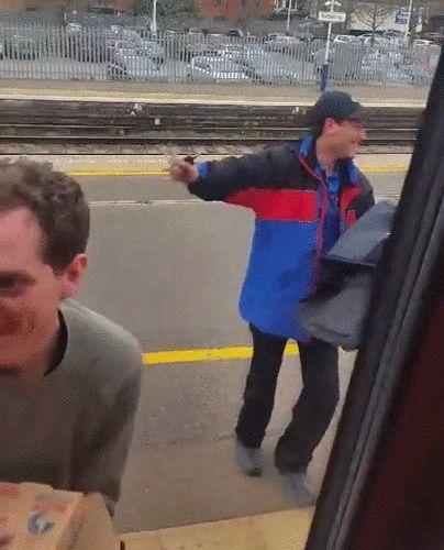 電車の中からピザを注文07