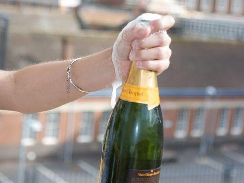 シャンパンがミサイルのように直撃00