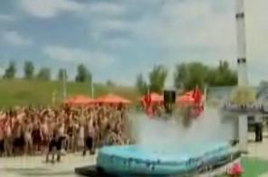 浅いプールに飛び込み03