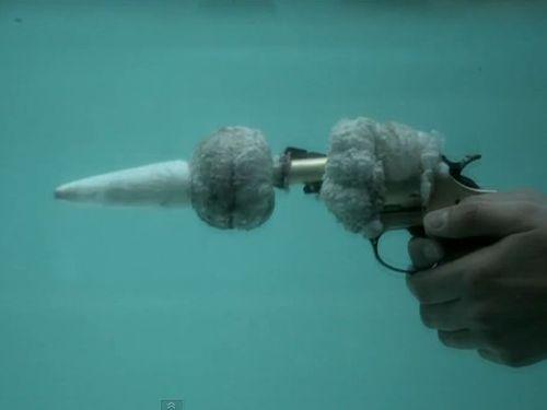 水中でピストル00