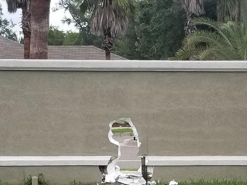 庭にいたら壁にぽっかり大穴00