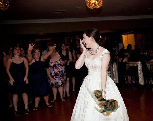 結婚式のブーケを猫に12