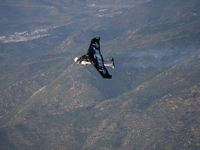 ジェットエンジンと翼を背負って大空を飛ぶ無茶なスイス人TOP