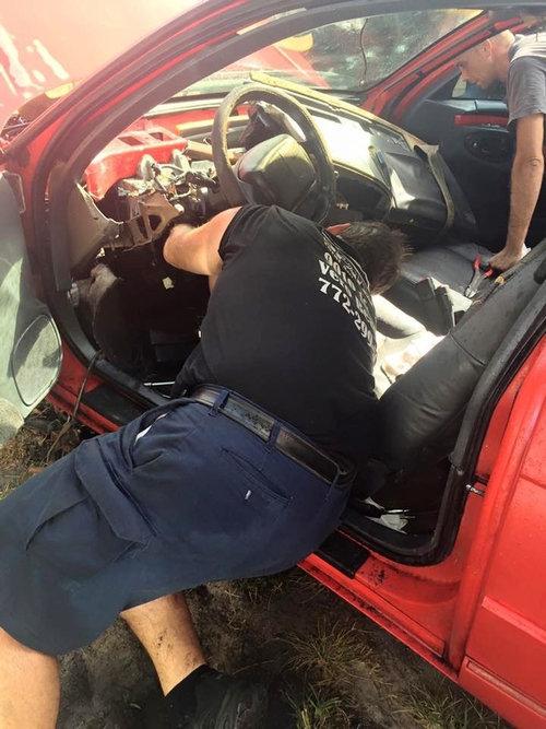 車を破壊して子猫を救出02