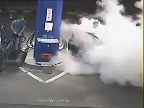 ガソリンスタンドでタバコを吸う客06