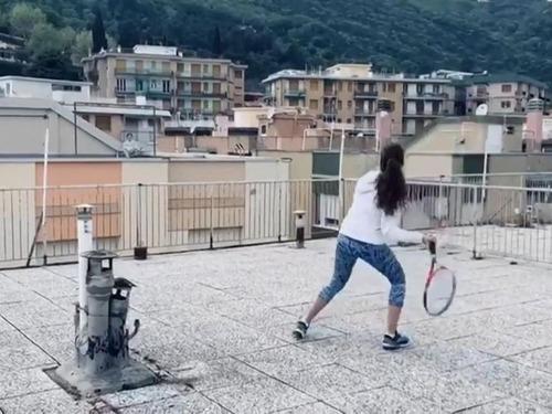 隣りのビルの屋上とテニス02