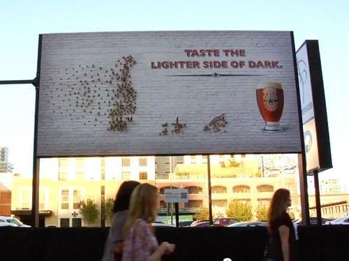 夜になるとわかるビールの看板