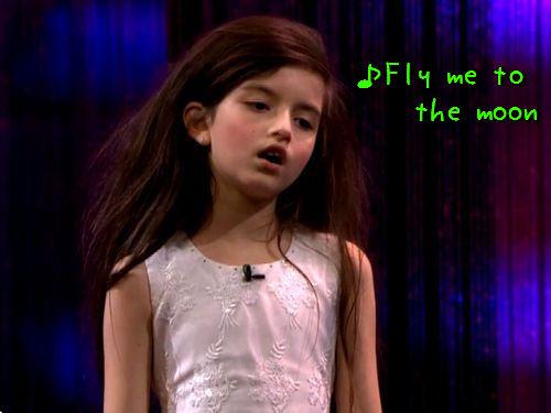 「フライ・ミー・トゥー・ザ・ムーン」を熱唱する8歳少女00