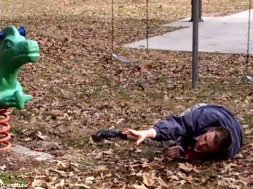 大人が公園の遊具で遊ぶべきではない理由07