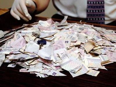 びりびりに破られた1万ポンド