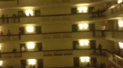 ホテルで高校生がアメリカ国家01