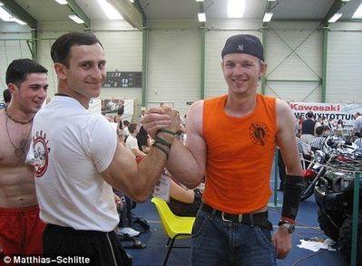 右腕が以上に太いアームレスリング・チャンピオン04