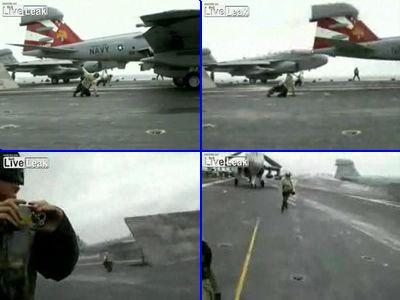ジェット機の真後ろにいるマーシャルが風圧で吹っ飛んでしまう