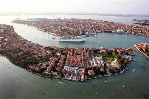 ベネチアの街中から豪華客船を見ると04