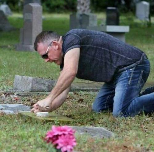 退役軍人の墓を磨く男性10