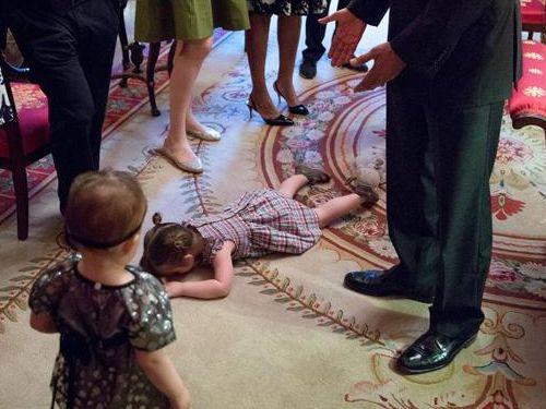 オバマ大統領の前で駄々をこねる子供02