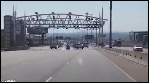衝突事故を起こして逃げる車01