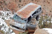 グランドキャニオンの崖の途中に引っかかった車02