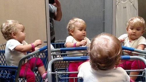 複数の鏡を見つけた赤ちゃん01