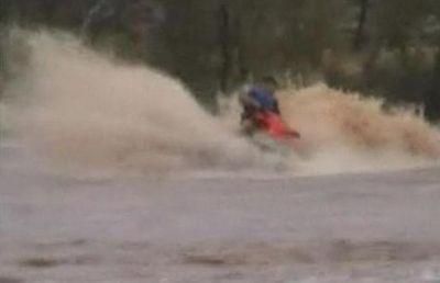 洪水の中ジェットスキーで人命救助に現れたスーパー農夫03