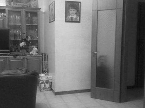 誰もいないはずのドアの後ろに人影00