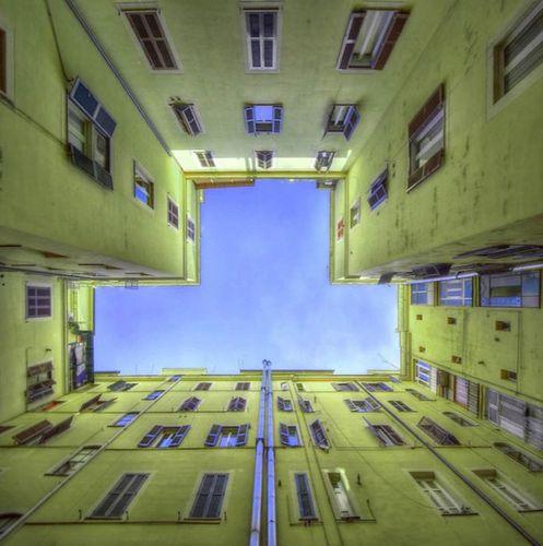 建物から見上げた空04