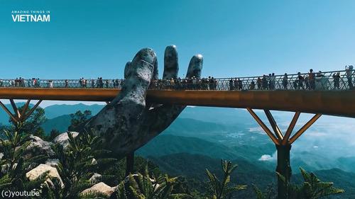 巨人の手が支えるベトナムの橋01
