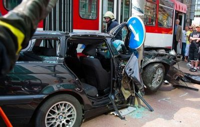 BMWと電車の事故で無傷03