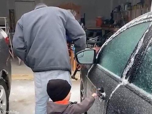 凍結した車のドアを金づちで開ける01
