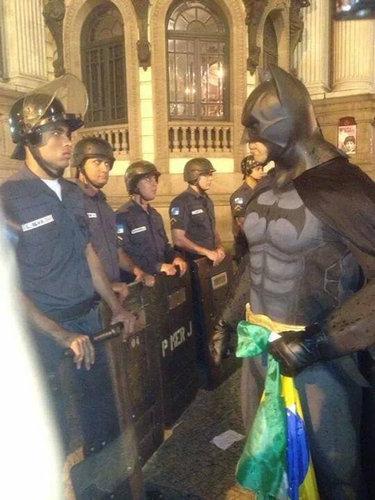 警察とバットマンの勝負01