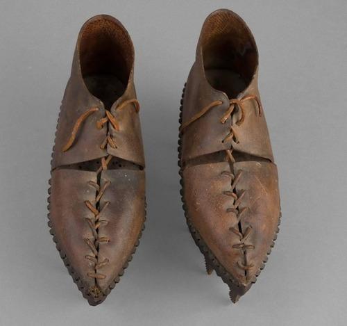 のこぎりのような歯の付いた靴04